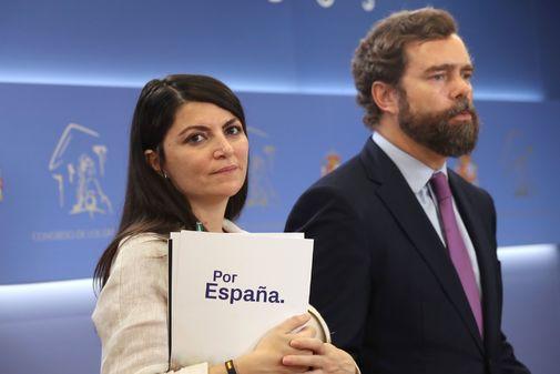 La secretaria general de Vox,  Macarena Olona, junto Iván Espinosa de los Monteros, este martes en el Congreso.