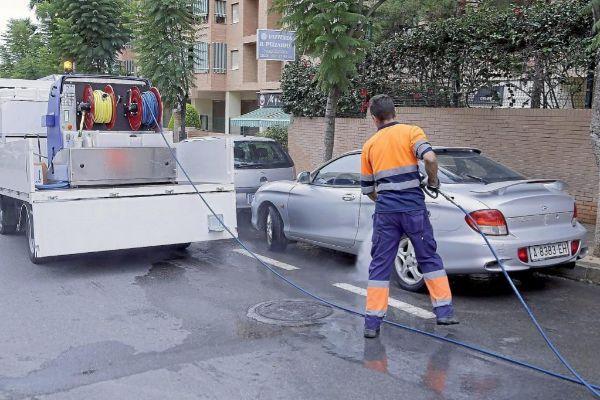 Un operario de la adjudicataria de limpieza, UTE Alicante, en imagen de archivo.