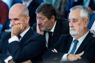 Los expresidentes de la Junta Manuel Chaves (i) y José Antonio Griñán (d), junto al ex director general de Trabajo, Francisco Javier Guerrero (c), escuchan a los fiscales Anticorrupción en 2018.