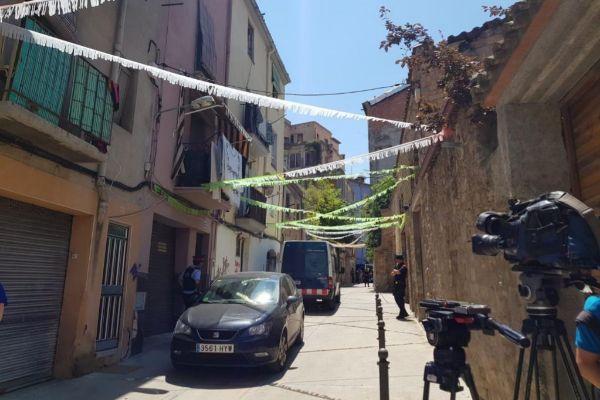 Los Mossos d'Esquadra en el lugar de la presunta violación múltiple en Manresa, una vivienda de la calle Aiguader del centro histórico de la población.