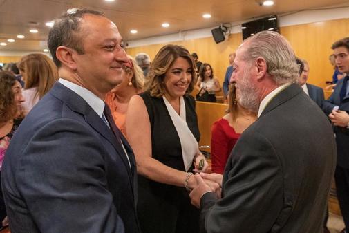 Susana Díaz saluda a Rodríguez Villalobos ante el 'sanchista' Alfonso Rodríguez Gómez de Celis.