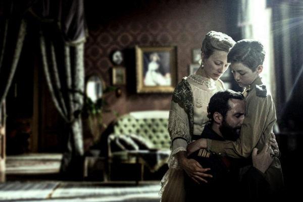 Nicolás II (Robert Jack) abraza al heredero Alexei (Oskar Mowdy), junto a la emperatriz Alejandra (Susanna Herbert).