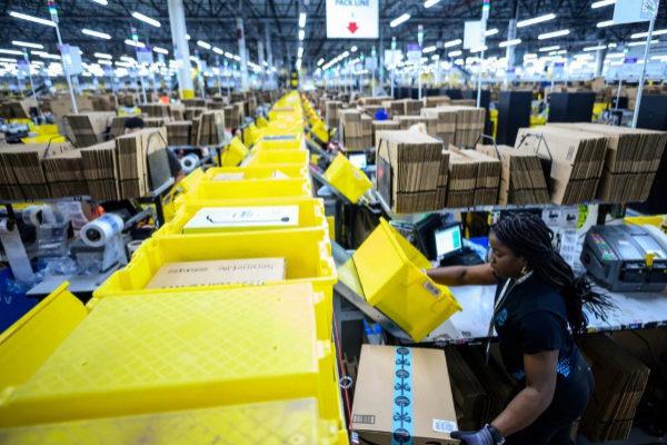 Trabajadora de Amazon en la planta de Staten Island, NY.