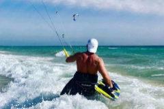Borja, en una imagen de espaldas haciendo surf