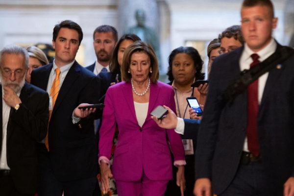 La presidenta de la Cámara de Representantes, Nancy Pelosi, llega al Congreso antes de la votación.