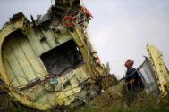 Un investigador malasio inspecciona los restos del MH17 en Donetsk, en 2014.