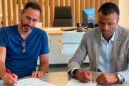 Vicente Moreno y Maheta Molango firmando la ampliación del contrato.