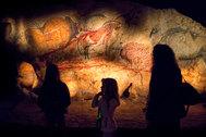Los Pirineos forman una frontera natural con España, y justo al otro lado se encuentra la región de Occitania, que desde unos años integra a las regiones de<strong> Languedoc-Rosellón</strong> y de <strong>Mediodía-Pirineos.</strong> Esta última posee una gran riqueza, tanto paisajística y cultural como de actividades. El<strong> Parque de la Prehistoria</strong> (en la imagen) se sitúa  en el municipio de Tarascon-sur-Ariège. Dedicado a la vida y al arte de los hombres del periodo magdaleniense, es un paraje de 13 hectáreas que entre otros atractivos incluye una reproducción de la cueva de Niaux y sus pinturas, realizadas por el hombre hace 12.000 años.