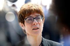 Merkel aúpa a la presidenta de la CDU como nueva ministra de Defensa