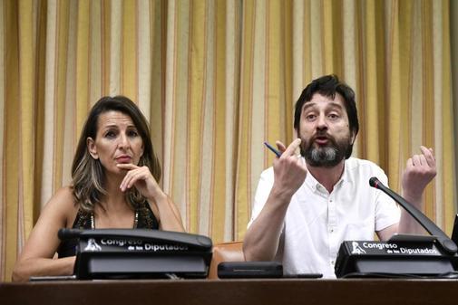 Yolanda Díaz y Rafael Mayoral, diputados de Unidas Podemos, en una reunión en el Congreso.