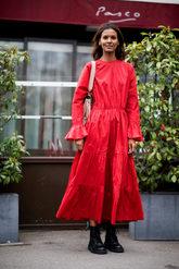 La top Liya Kebede combina su vestido midi rojo con botas Dr Martens.