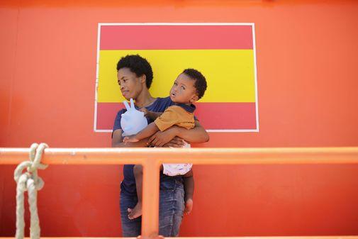 Una madre y su hijo rescatados por Salvamento Maritimo en el Estrecho...