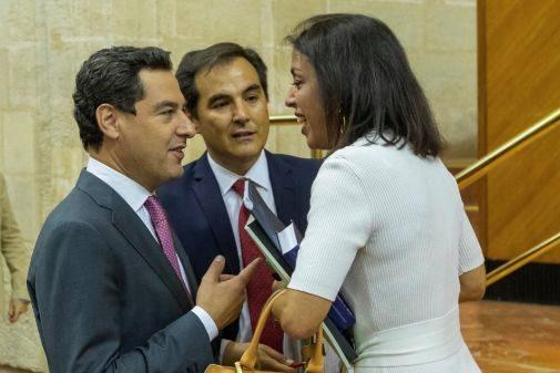 La presidenta del Parlamento, Marta Bosquet, con el presidente de la Junta y el portavoz del PP.
