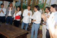 Toni Cantó y Carlos Mazón, ayer en Elche, tras firmar el acuerdo conjunto para que el PP se haga con la Presidencia de la Diputación de Alicante.