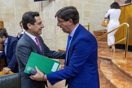El presidente de la Junta, Juanma Moreno, y el vicepresidente, Juan Marín, en el Parlamento.