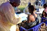 Un sanitario pone una vacuna de ébola a un hombre, en Goma.