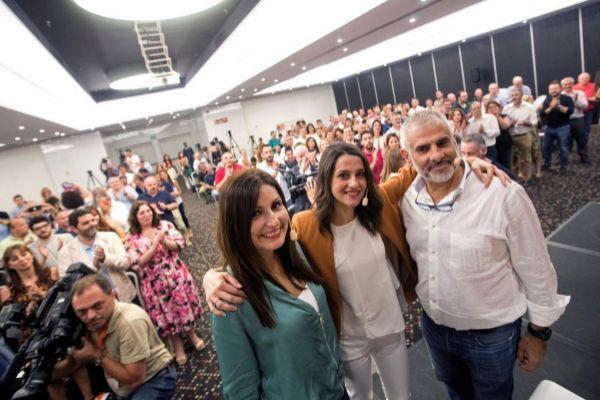 Inés Arrimadas abraza a Lorena Roldán y Carlos Carrizosa tas la...