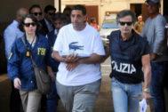 Un agente del FBI y otro de la Policía italiana custodian a Thomas Gambino.