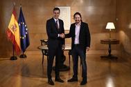 Pedro Sánchez estrecha la mano de Pablo Iglesias en el Congreso de los Diputados.