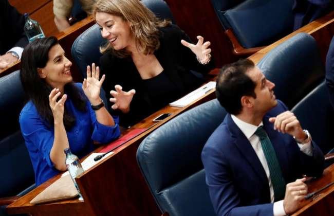 Rocío Monasterio (Vox) detrás de Ignacio Aguado (C's), en la Asamblea de Madrid.