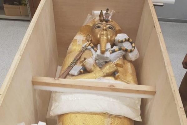 El ataúd dorado de Tutankamón embalado.