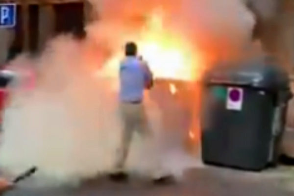 Ortega Smith apaga un contenedor en llamas junto a la sede de Vox en Madrid