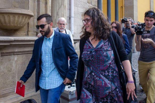 Mario Herrera, miembro del equipo negociador de Podemos, y Raquel Romero, única diputada 'morada' en el parlamento, a su llegada a la reunión.