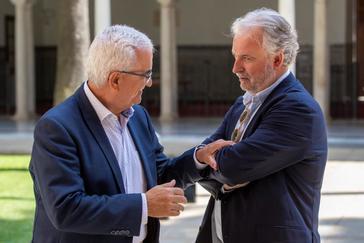 El socialista Manuel Jiménez charla ayer con el nuevo presidente del Consejo de Administración de RTVA, Rafael Porras.