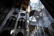 Vista general de los daños en la nave  de la Catedral de Notre-Dame, tres meses después del gran incendio, en París, Francia
