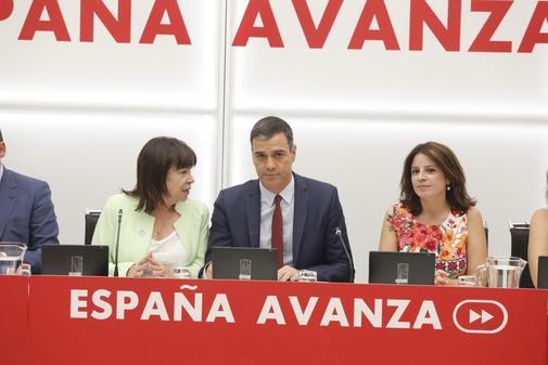 El secretario general del PSOE y presidente del Gobierno en funciones,...