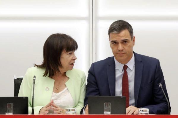 Pedro Sánchez, con Cristina Narbona este jueves en Ferraz.