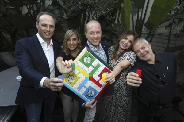 Óscar Ferrer, Gemma Prat, Frank Díaz, Yolanda Ventura y Tino Fernández, reunidos en Barcelona.