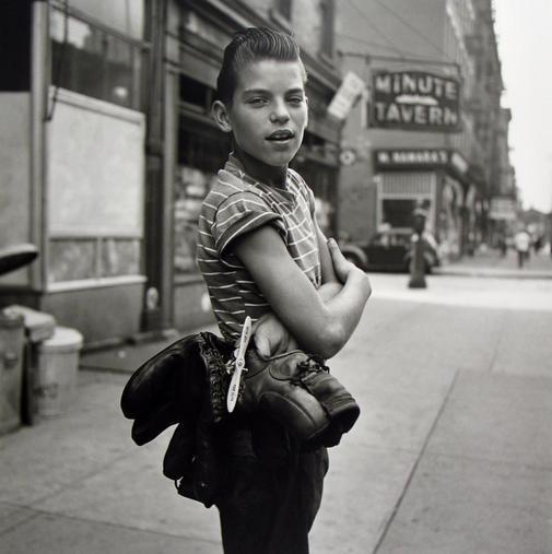Un joven estadounidense posa para la cámara de Vivian Maier