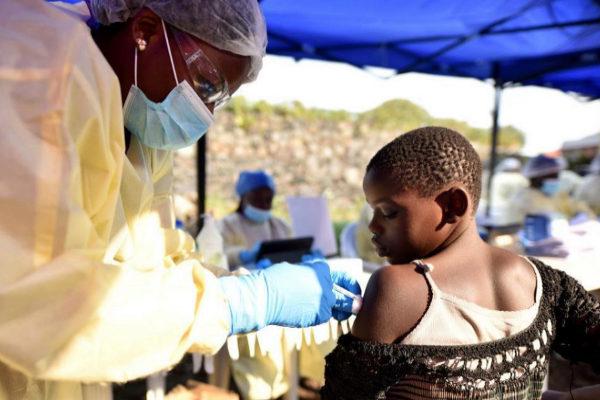 Un trabajador sanitario administra la vacuna del ébola en Goma (Congo).