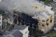 Los bomberos trabajan en la extinción del fuego en los estudios Kyoto Animation Co. en Kioto, al oeste de Japón.