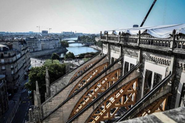 Los arbotantes de Notre Dame permanecen protegidos por una estructura temporal para evitar daños tras el incendio de abril.