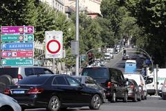 Varios vehículos en el cruce de Atocha que da acceso a Madrid Central.