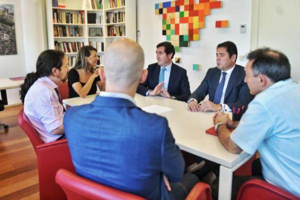Pablo Iglesias mantiene una reunión con los representantes de la CEOE y Cepyme en el Congreso.