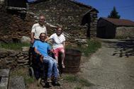 Valentín, en el medio, junto a sus padres: Celsa y Lorenzo, en Tomonte.