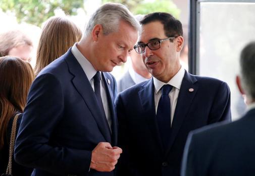 El ministro francés de Finanzas Bruno le Mer, a la izquierda, charla con el secretario de Estado norteamericano Steven Mnuchin durante el G7.