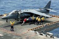 La marina de EEUU empuja un avión, en el Mar de Arabia, frente a Omán