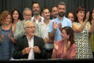 El alcalde de Valencia y la vicealcaldesa, firman el pacto delRialto junto al resto de concejales del equipo de Gobierno.