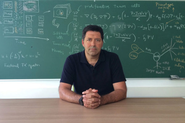 El director Laboratorio de Oncología Matemática (MôLAB), Víctor M. Pérez-García.