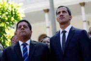 El diputado Edgar Zambrano, junto a Juan Guaidó.
