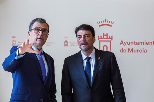 El alcalde de Murcia, José Ballesta, y el de Alicante, Luis Barcala, ambos del PP, en el acto de la firma del manifiesto, ayer.