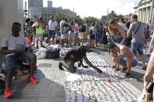 Manteros en la zona del Paseo Colón de Barcelona.