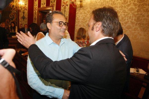 El portavoz socialista Paco Sanguino junto a Natxo Bellido, líder de Compromís, en el primer pleno municipal.