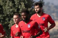 Trippier (i) y Felipe (d) junto a Lemar en el entrenamiento del Atlético