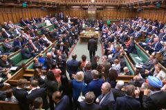 """Boris Johnson sufre la primera """"derrota parlamentaria"""" antes del relevo"""