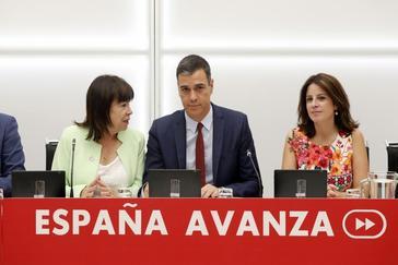 Pedro Sánchez, con Adriana Lastra y Cristina Narbona, este jueves en Ferraz.